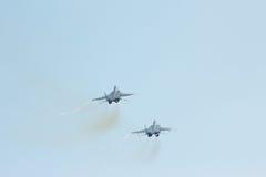2 тактический реактивный истребитель MIG-29 делает маневры Стоковые Фото