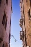 2 фасада на узкой улице. Венеция. Стоковые Фотографии RF