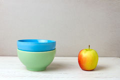 2 цветастых шары и яблока стоковое фото