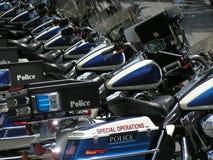2 цикла едут на автомобиле полиции Стоковое Фото