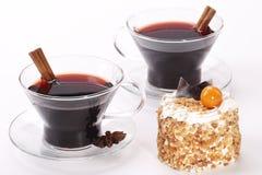2 чашки с glintwine и тортом Стоковая Фотография