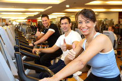 2 человек и женщина на велосипедах тренировки с большими пальцами руки вверх Стоковое Изображение RF