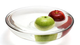 2 яблока зеленеют красную воду вазы Стоковая Фотография RF