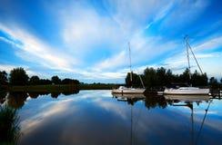 2 яхты на голубом реке Стоковое Фото