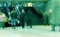 2个通勤者通过 图库摄影
