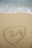 2.14 nella figura del cuore sulla spiaggia Fotografia Stock