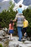 πεζοπορία μπαμπάδων 2 παιδιών Στοκ Φωτογραφία
