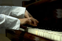 2个手指钢琴老师 库存照片
