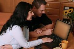 2对浏览夫妇万维网 免版税库存图片