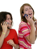 мобильные телефоны 2 девушок использующ Стоковые Изображения