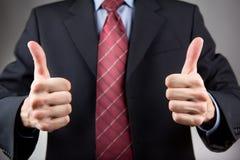 Человек с 2 большими пальцами руки вверх Стоковое Изображение RF