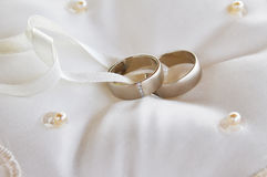 2 обручального кольца золота на подушке Стоковая Фотография