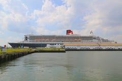 玛丽皇后2游轮在布鲁克林巡航终端靠了码头 免版税库存图片