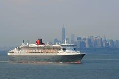 玛丽皇后2在纽约港口标题的游轮加拿大和新英格兰的 库存照片