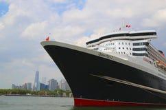 玛丽皇后2游轮在布鲁克林巡航终端靠了码头 免版税图库摄影
