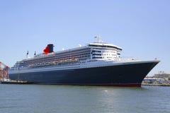 玛丽皇后2游轮在布鲁克林巡航终端靠了码头 免版税库存照片