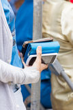 Женщина держа один портмоне и мобильный телефон 2 в ее руке Стоковое фото RF