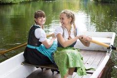 Женщина 2 в весельной лодке Стоковая Фотография