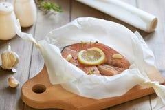 与三文鱼、鹌鹑蛋、西红柿和红色鱼子酱的假日沙拉 蛋白甜饼 第2步 在羊皮纸的烤鱼 免版税库存图片