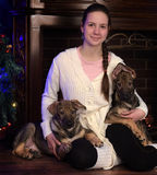 Предназначенная для подростков девушка с 2 щенятами Стоковая Фотография