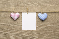 2 сердца влюбленности с пустыми немедленными фото над деревянной предпосылкой Стоковые Изображения