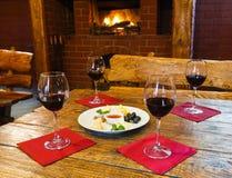 Романтичный обедающий для 2 около камина Стоковая Фотография