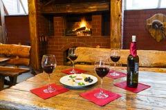 Романтичный обедающий для 2 около камина Стоковое Изображение RF