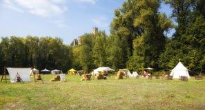 Воспроизведение средневекового лагеря мать 2 изображения дочей цвета Стоковые Изображения