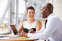 2 коллеги корпоративного бизнеса работая совместно в офисе Стоковые Изображения