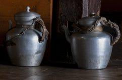 2 металлических чайника используемого в буддийских монастырях Стоковая Фотография RF