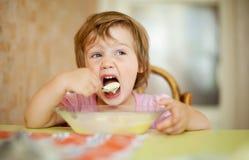 2 años de niño comen con la cuchara Fotografía de archivo
