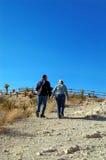 2 adultes marchant vers le haut d'un chemin Image libre de droits