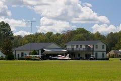 2 airpark飞机棚房子 免版税库存图片