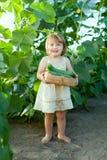 2 anni del bambino di cetrioli di raccolto Fotografia Stock Libera da Diritti