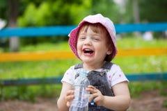 2 anni felici di bevande del bambino dalla bottiglia Immagine Stock