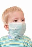 2 anos de miúdo em uma máscara médica Imagens de Stock