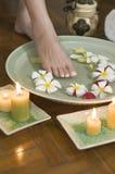 2 aromatherapy fot som kopplar av brunnsorten Royaltyfri Foto