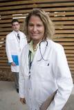 2 artsen buiten het ziekenhuis tegen muur Royalty-vrije Stock Foto