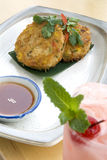2 asiatiska cakes stekte grönsaken Arkivfoton