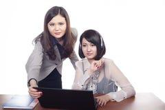 2 asiatiska unga affärskazakhskvinnor Royaltyfri Bild