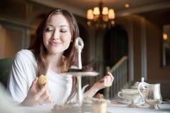 2 attraktiva efterrätter som äter kvinnan arkivfoton
