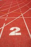 2 auf einer laufenden Spurzeile Stockbild