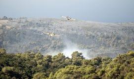 2 avions de sapeur-pompier volant au-dessus du stationnement de carmel Image libre de droits