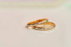 2 bakgrund suddighet par ringer bröllop Arkivbild