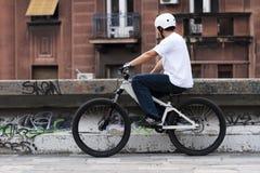 2 barn för male ryttare för cykel stads- Royaltyfria Bilder