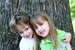 2 barn som upptäcker naturen royaltyfri fotografi