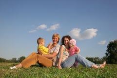 2 barnmödrar arkivfoton