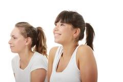 2 beaux jeunes womans faisant l'exercice de yoga Photographie stock