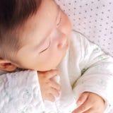 2 behandla som ett barn att sova Arkivfoton