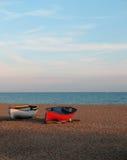 2 Boote auf dem Steinstrand Lizenzfreie Stockbilder